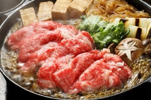 """秋も終わりに近づき寒くなってきましたね・・。そんな時は日本の冬の定番""""すき焼き""""!超高級肉をふんだんに使って贅沢してきました!"""